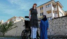 أطول امرأة في العالم تريد الاحتفاء بالاختلافات بين البشر