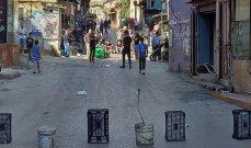 أهالي مخيم البداوي يقطعون الطريق الرئيسية بالحاويات