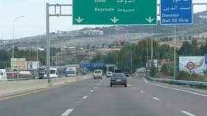 إنفجار قنبلة يدوية بعامل سوري كان يجمع الحديد على جانب أوتوستراد الجية