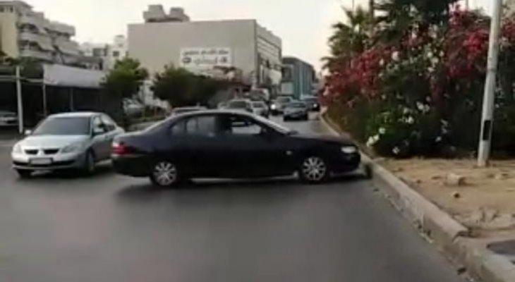 النشرة: مواطن قطع الطريق في صيدا للتعبير عن استيائه من الوضع المعيشي
