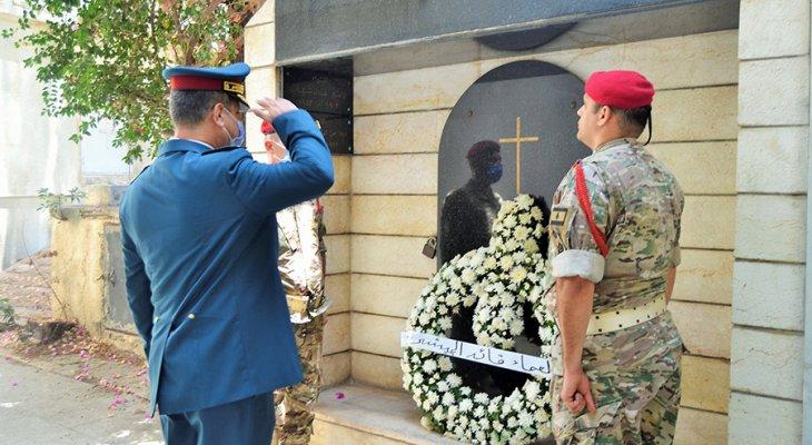 وضع أكاليل من الزهر على أضرحة قادة الجيش السابقين المتوفين بمناسبة عيد الجيش