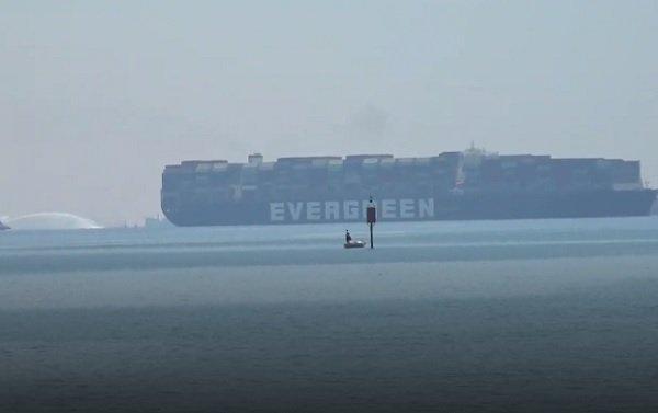 """سفينة """"إيفر غيفن"""" تودّع قناة السويس بعد أزمة فاقت 3 أشهر"""