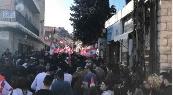 النشرة: مسيرة حاشدة من مستديرة مثلث ضهر الاحمر باتجاه راشيا رفضا لتردي الأوضاع
