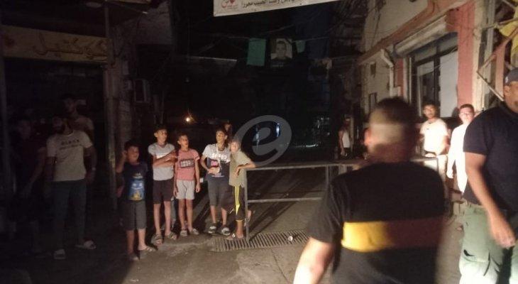 النشرة: محتجون قطعوا الشارع التحتاني في مخيم عين الحلوة احتجاجا على انقطاع الكهرباء