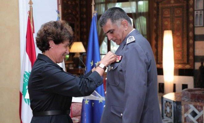 السفيرة الفرنسية كرمت اللواء عثمان وقلدته وِسام جوقة الشرف الوطني من رتبة فارس