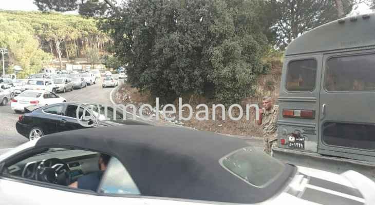 تصادم بين حافلة لنقل الركاب وسيارة عند منعطفات عاريا وازدحام مروري في المكان