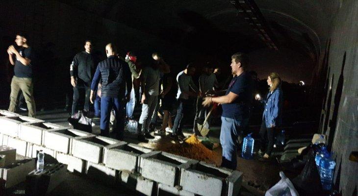 النشرة: بناء حائط مع اسمنت في نفق نهر الكلب من قبل المتظاهرين