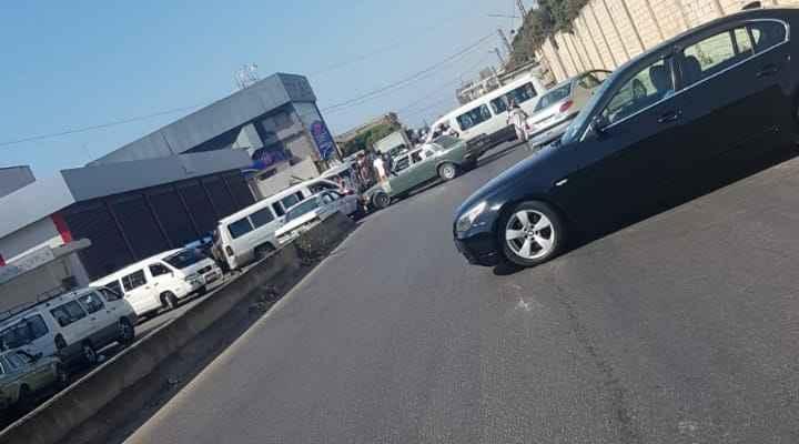 النشرة: أصحاب الفانات قطعوا طريق الغازية بسبب فقدان مادة المازوت