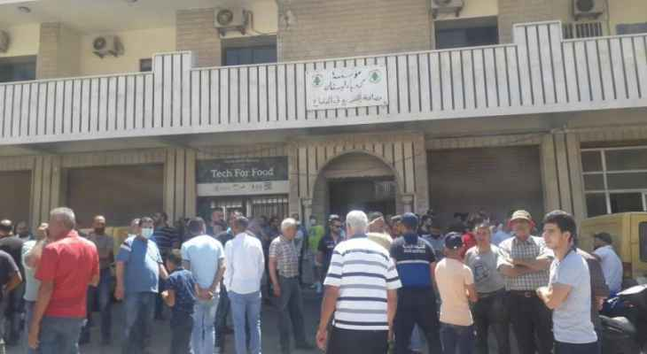 اهالي قب الياس نفذوا وقفة احتجاجية أمام دائرة مؤسسة كهرباء لبنان رفضا للتقنين والعتمة الشاملة
