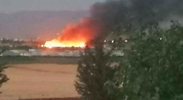 النشرة: حريق نتيجة تخزين البنزين بمخيم للنازحين السوريين في بلدية الطيبة ببعلبك