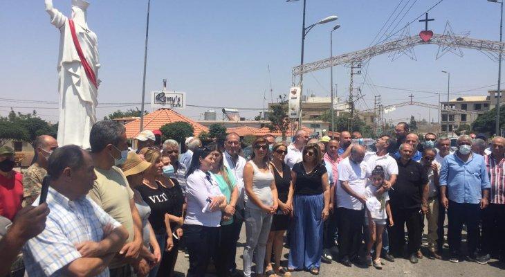 """""""النشرة"""": وقفة إحتجاجية أمام كنيسة مار الياس بالقاع إستنكاراً لتعرض أبناء البلدة لسطو مسلح"""