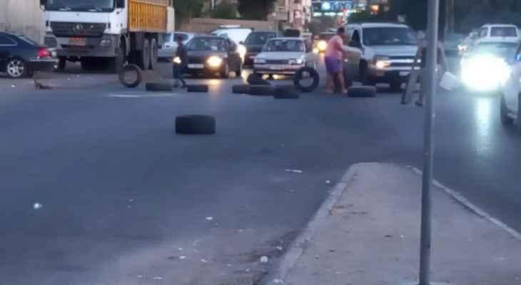 النشرة: محتجون أقفلوا الطريق عند مستديرة القياعة في صيدا بالاطارات وحاويات النفايات