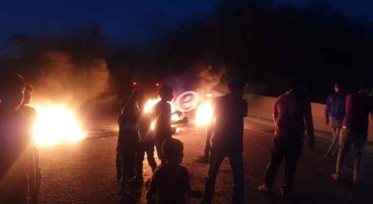 النشرة: عدد من أهالي حوش الحريمة قطعوا طريق عام المرج - جب جنين بالإطارات المشتعلة