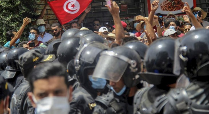 الجيش التونسي ينتشر في مقر الحكومة ويمنع الموظفين من دخول المبنى