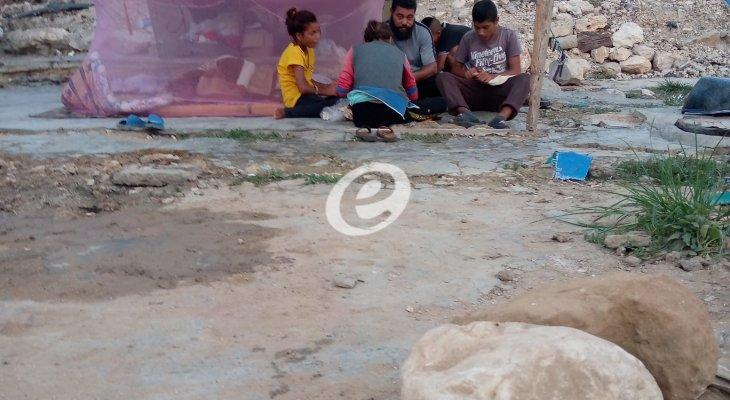 """لبنانيون منسيون في صيدا... احترقت منازلهم عند """"خط السكة"""" ويعيشون في العراء"""